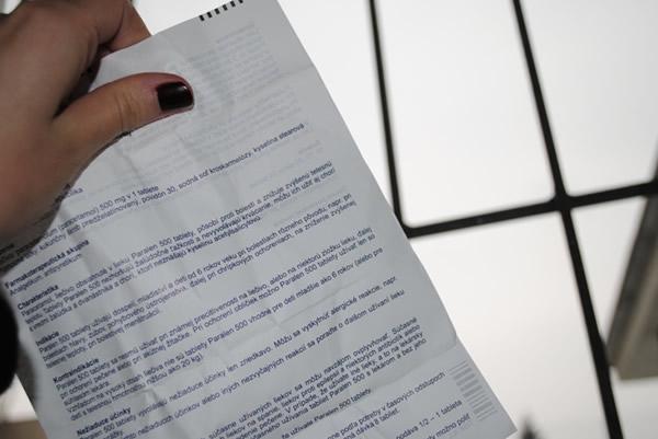 Priesvitný papier - najednej strane vidno text vytlačený na druhej strane papiera